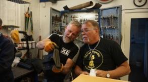 Conny och Kalrsson inspekterar och godkänner arbetet